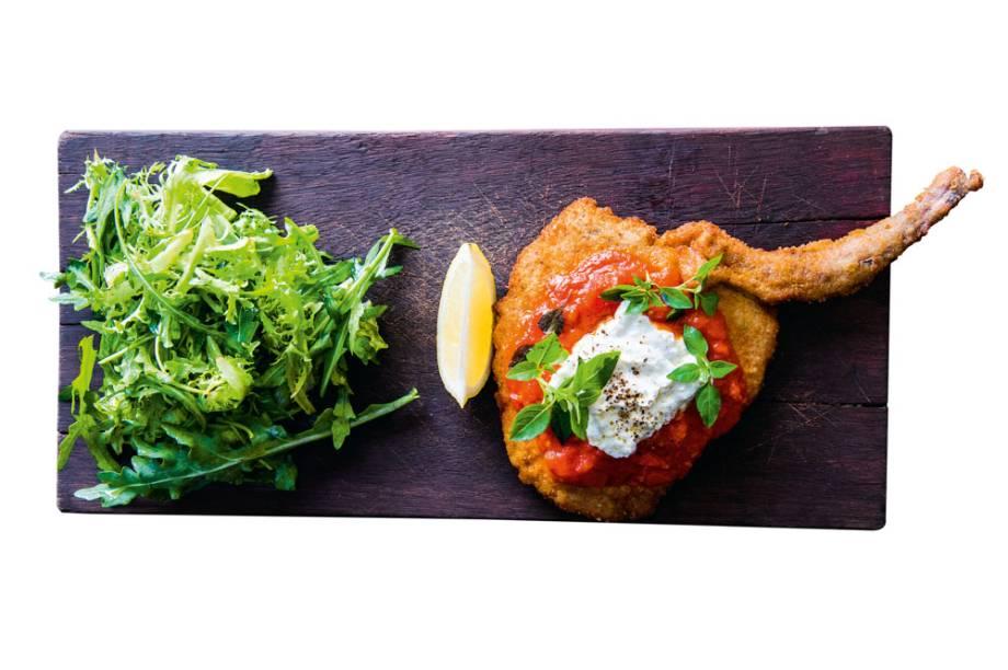 costeleta suína à parmigiana ganha a companhia de rúcula