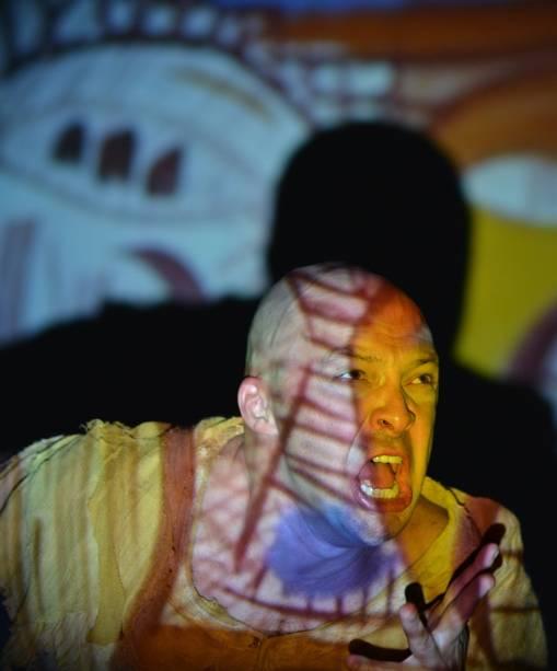 O espetáculo multimídia reúne teatro, música, dança e projeções