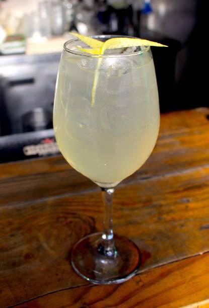 O clássico french 75: espumante, gim e limão