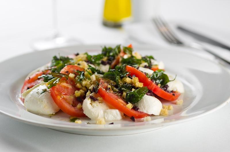 Salada verde com mussarela de búfala, tomate, manjericão e azeite