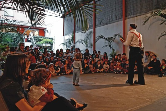 Galpão nos fundos: espaço amplo atrai a criançada para narrações de histórias