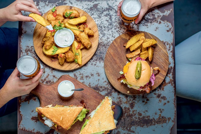 Para partilhar: fish and chips bem crocante e opções de sanduba