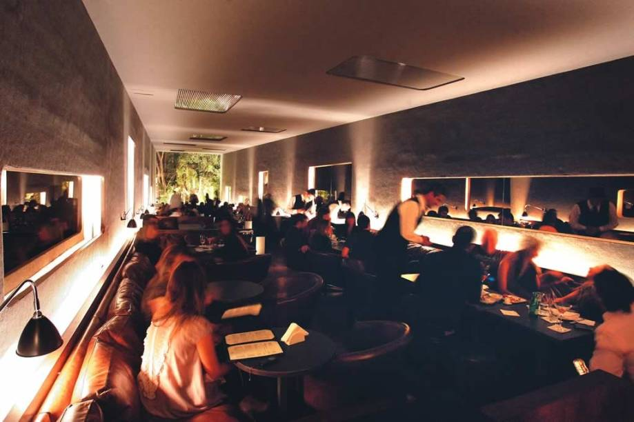 O salão projetado por Isay Weinfeld: acomodação em sofás e poltronas