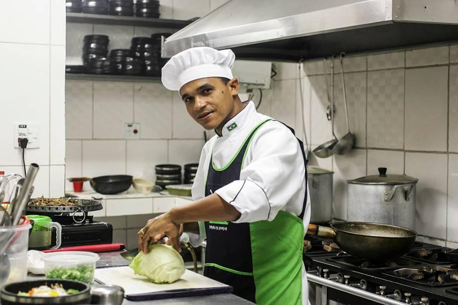 O chef Josevaldo Oliveira, baiano de Feira de Santana, cuida do fogão e da execução dos pratos