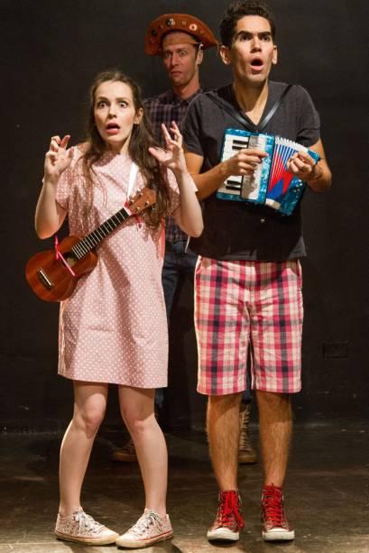 O trio de atores: música ao vivo e sensibilidade sem ser piegas