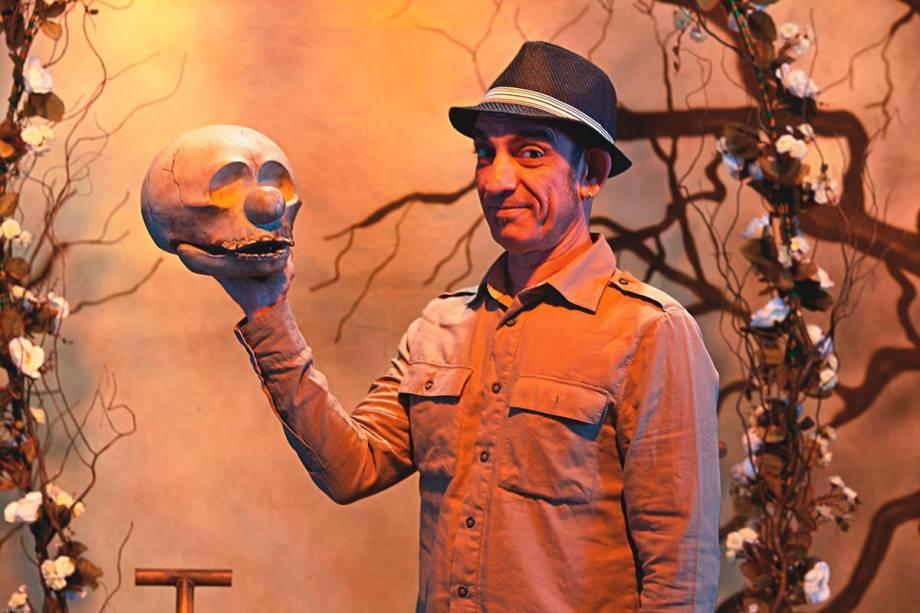 Angelo Brandini no cenário de O Príncipe da Dinamarca, baseado em Hamlet