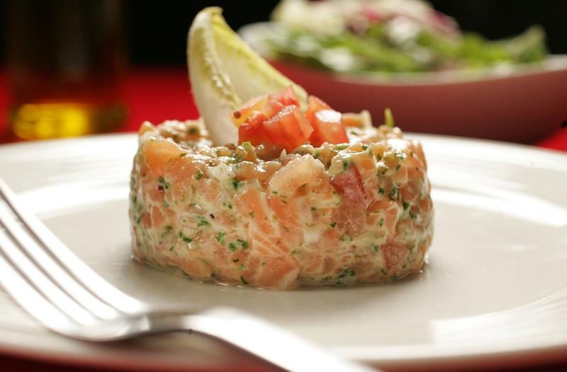 O tartare de salmão é temperado com limão-siciliano e ervas frescas