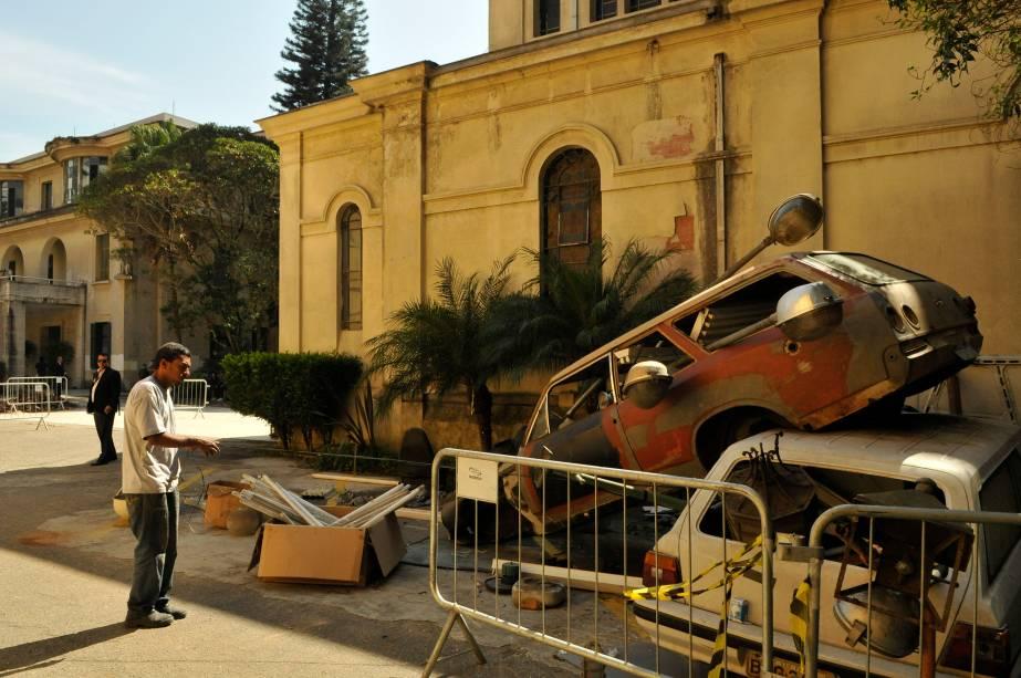 Daniel de Paula usou duas ambulâncias abandonadas no pátio para fazer Proposta