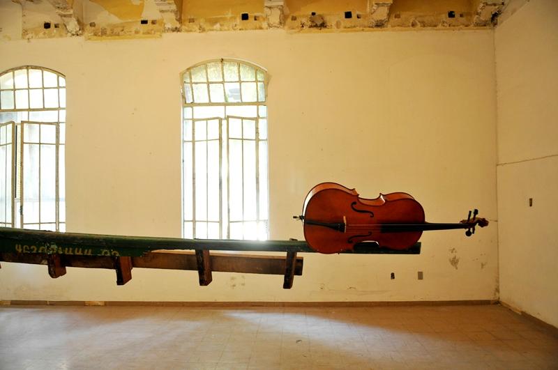 Os restos de uma embarcação e um violoncelo formam Dádiva, de Nuno Ramos