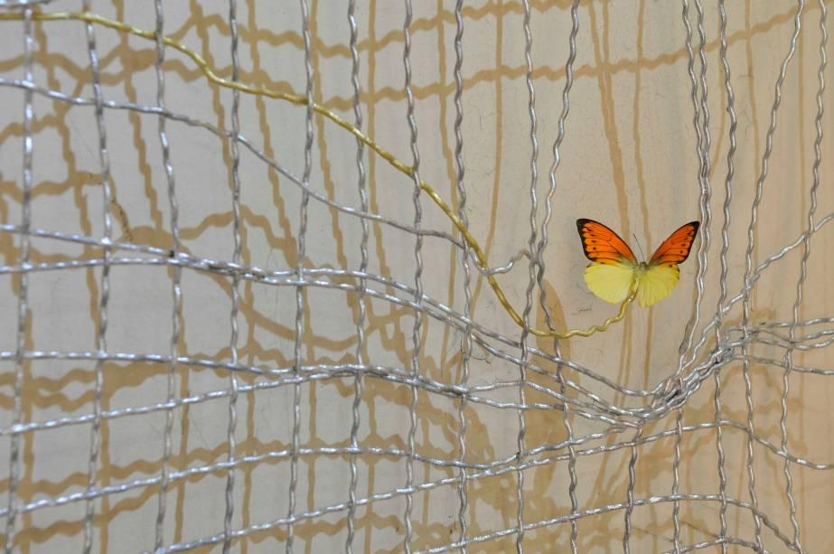 Borboletas parecem sair das paredes desgastadas no trabalho Still Life, de Franck Scurti