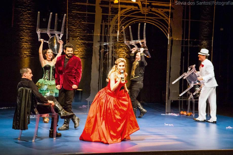 Paula Burlamaqui (no centro) e o elenco da comédia: a ironia de Molière resiste ao tempo