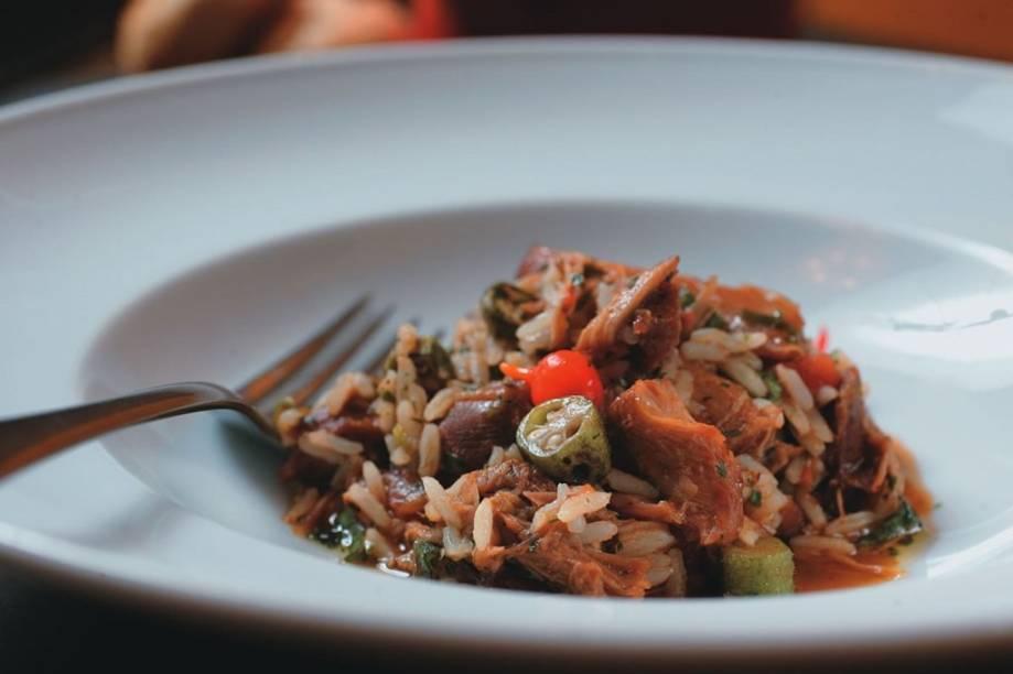 O úmido arroz de galinhada caipira com quiabo