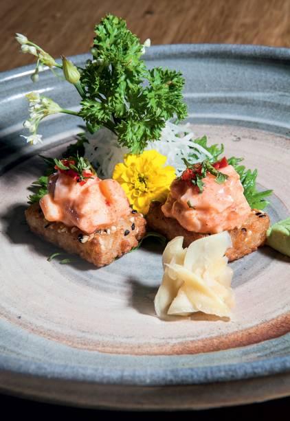 A tostada de arroz coberta por tartare de salmão acaba de entrar no menu do Osaka
