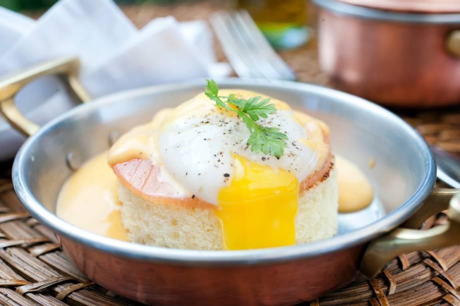 Ovo benedict: vem com a gema mole e assentado sobre brioche e uma fatia de salmão