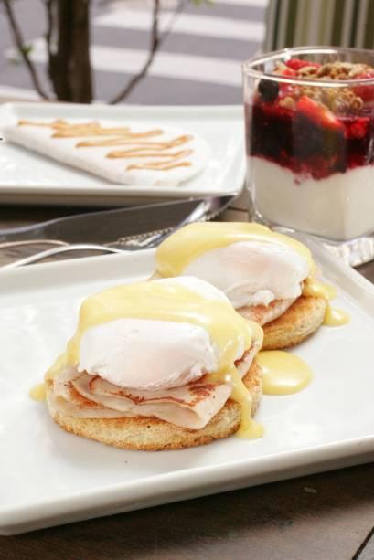 Ovos benedict: torradas cobertas por peito de peru e ovo poché ao molho holandês