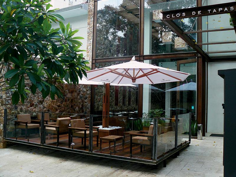 A premiada casa espanhola ganhou um terraço onde funciona um bar de tapas e drinques
