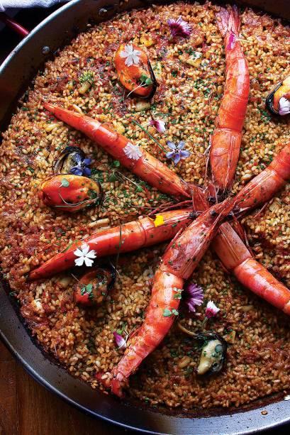 Paella de camarão, lula, mexilhão e vieira.