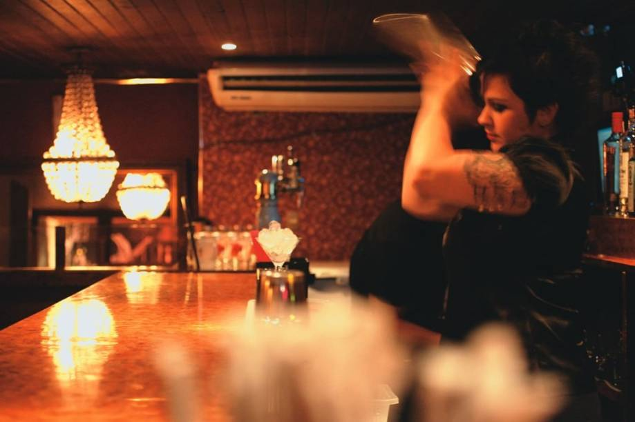 A bartender Michelly Rossi