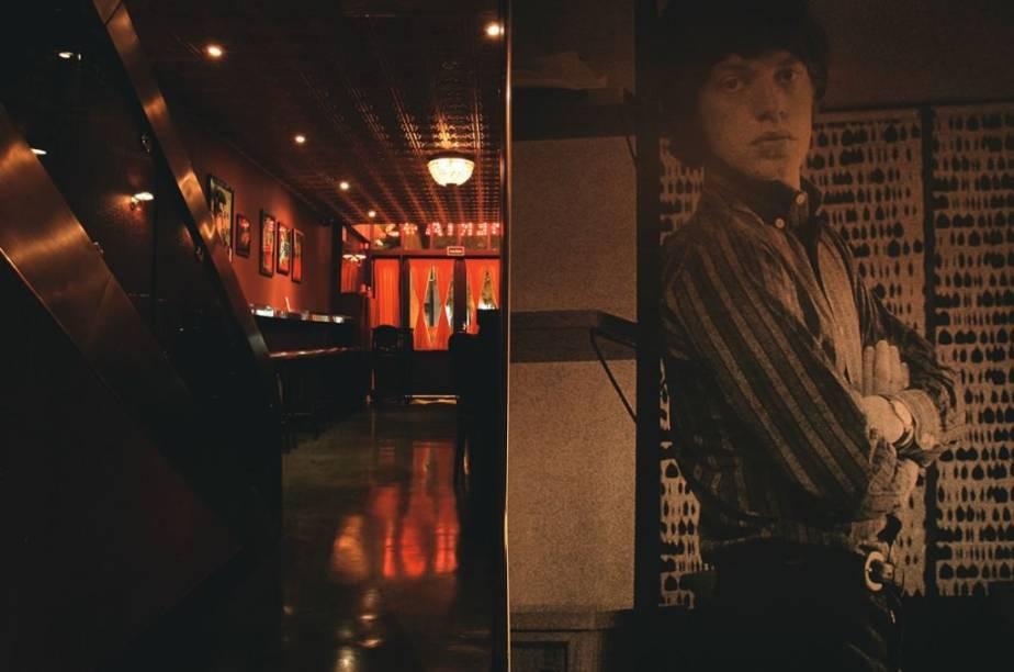 Sob o olhar de Mick Jagger, em foto numa das paredes: ambiente retrô com jeito de pub