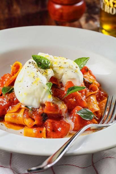 Pappardelle: massa fresca, com molho de tomate pedaçudo e raspas de limão-siciliano