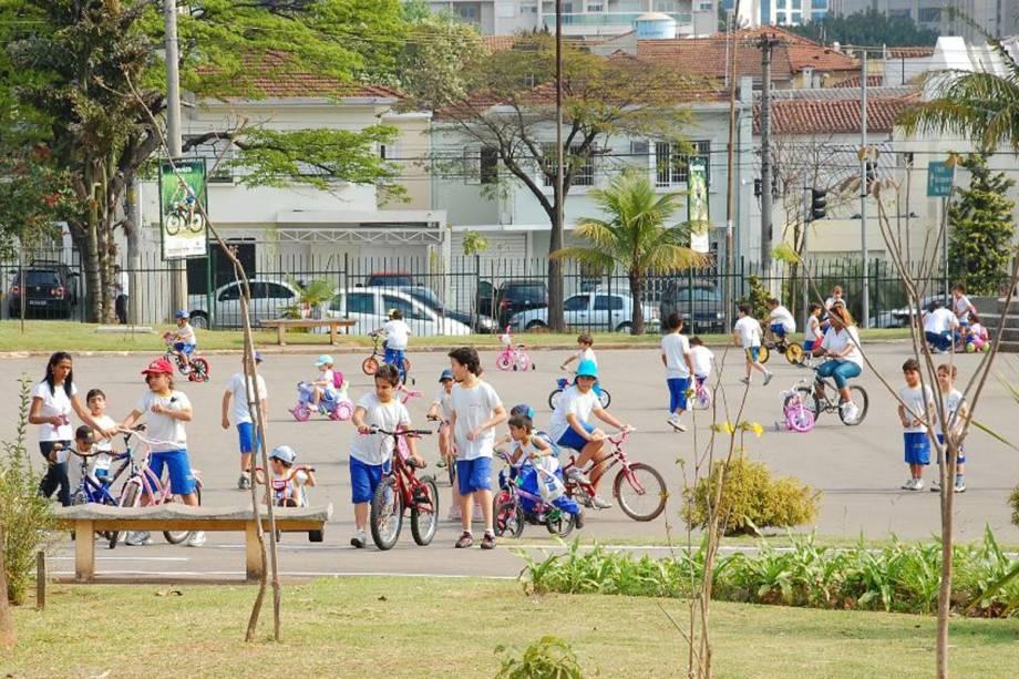 Parque das Bicicletas: visitante pode andar pelos caminhos arborizados com palmeiras, ipês e pitangueiras