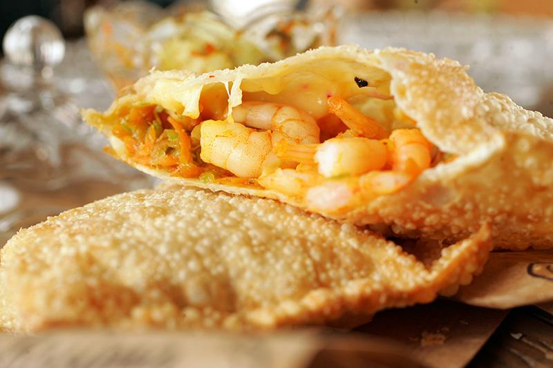 Pastel de camarão salteado com abobrinha, alho-poró, cenoura e queijo gruyère