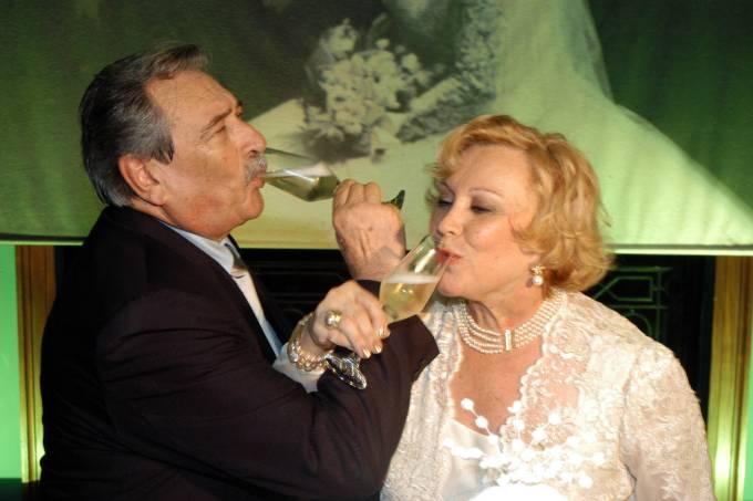 Paulo Goulart brindando com Nicette Bruno, na festa de 50 anos de casamento do casal, no Clube São Paulo