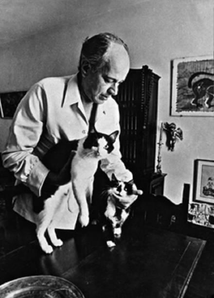 Paulo Emílio e o gato Pumgatti em sua mão direita