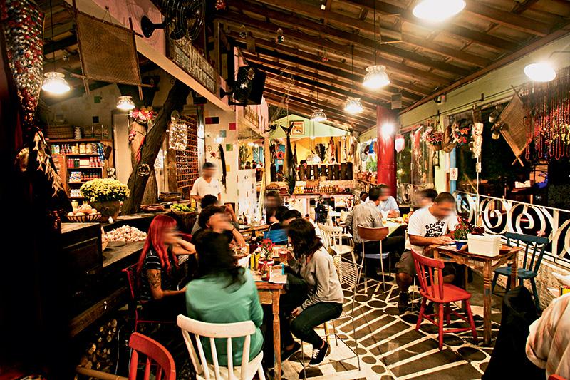 Salão colorido: mesas, cadeiras e objetos foram garimpados em todo o país
