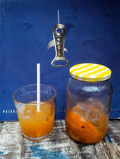 Caipirinha descolada: em potes de palmito reaproveitados, são servidas misturas como a de tangerina, pimenta-rosa e gengibre, para ser despejadas no copo