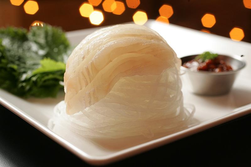 Peixe branco, folhas de shisso com pasta de feijão apimentado e alho negro