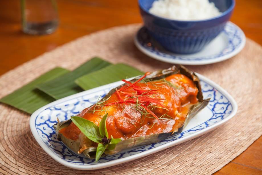 Peixe ao curry vermelho na folha de bananeira e arroz de jasmim
