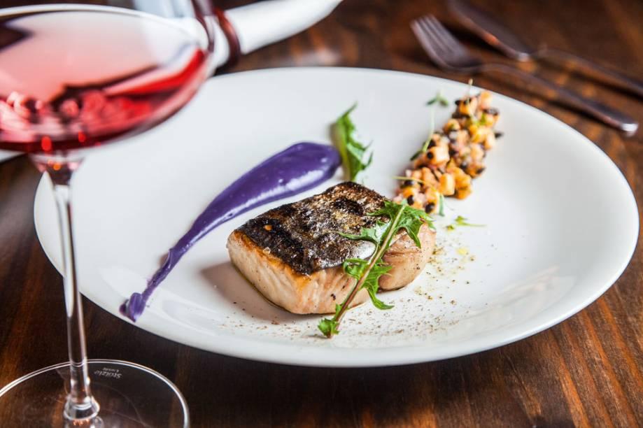 Peixe do dia com batata-doce roxa: o ponto alto do menu