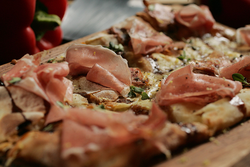 Entre os petiscos, prove o carta, uma massa fininha de pizza torrada e recheada com queijo stracchino