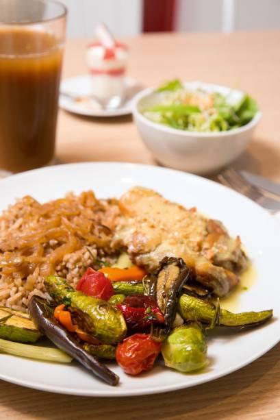 Prato do dia: entre as possibilidades, está o frango ao curry acompanhado de arroz com lentilha e minilegumes