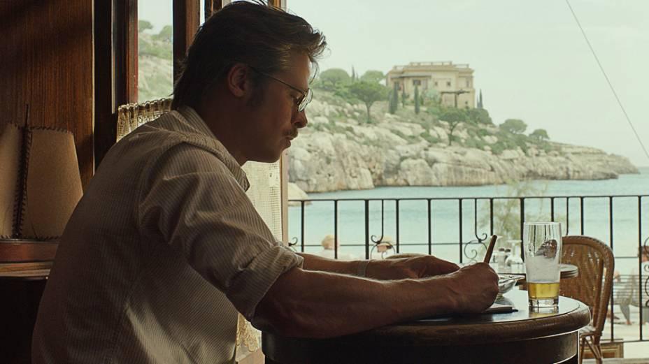 À Beira Mar: Brad Pitt vive Roland, um escritor que passa por uma crise em seu casamento