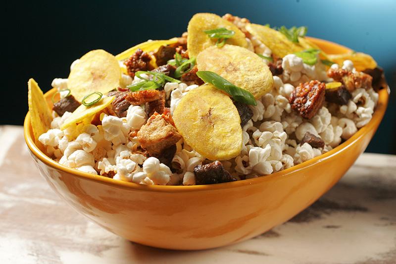Picada guanahaní: chega num pote e reúne pipoca, carne de sol, chips de banana e torresmo