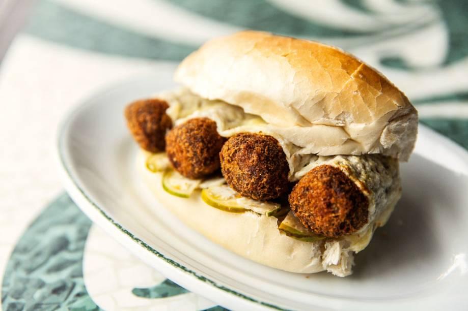 O sanduíche momo: pão francês, croquetes de costela e conserva de jiló