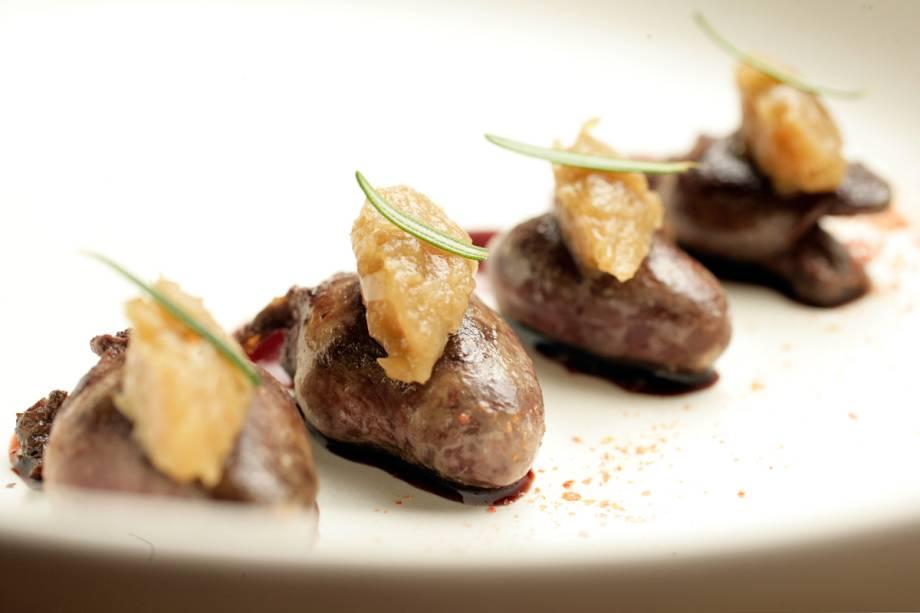 Coração de pato coberto por um toque de cebola caramelada ao molho de vinho marsala