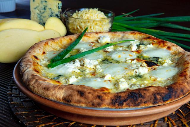 Pizza quatro queijos: mussarela fior di latte, ricota, gorgonzola, parmesão e ervas finas