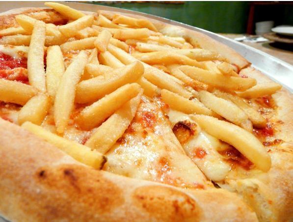 Pizza de batata frita e mussarela de búfala defumada do Olea Mozzarella Bar