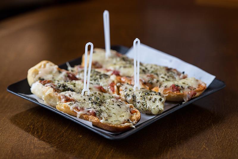 A pizza de queijo é montada na baguete