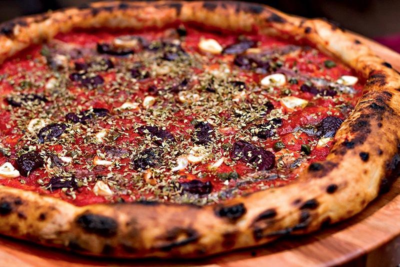 Cobertura à putanesca: tomate, alho, azeitona preta, orégano, alcaparra e aliche italiano