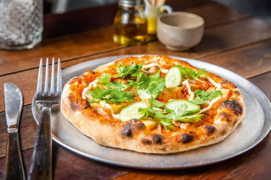 A pizza de barriga de porco, pepino, pimenta e coentro