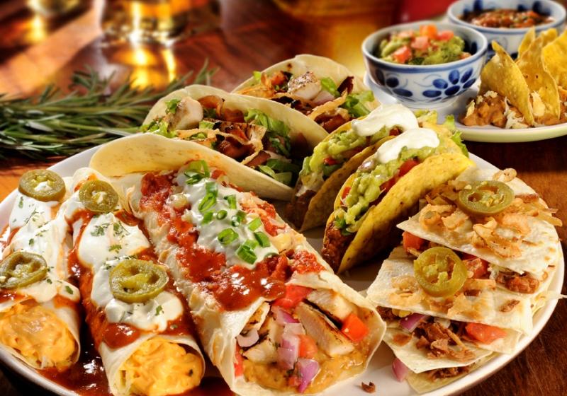 Combinado de tacos de frango e de carne, enchiladas de queso e burrito, acompanhados de frijoles, guacamole, sour cream, salsa e nachos