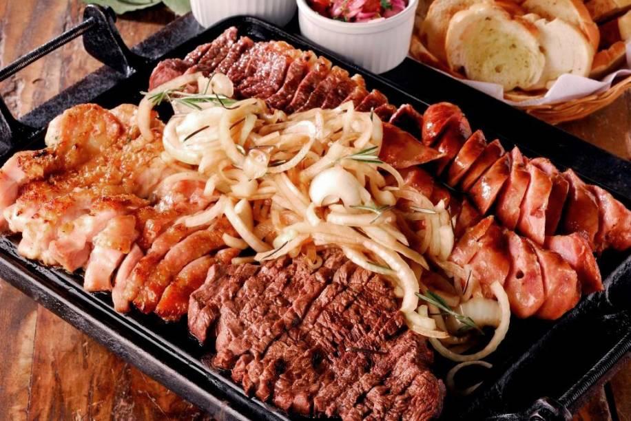 Posto 6: chapa de picanha, filé-mignon, frango e linguiça acompanha mix de pães, vinagrete e farofa