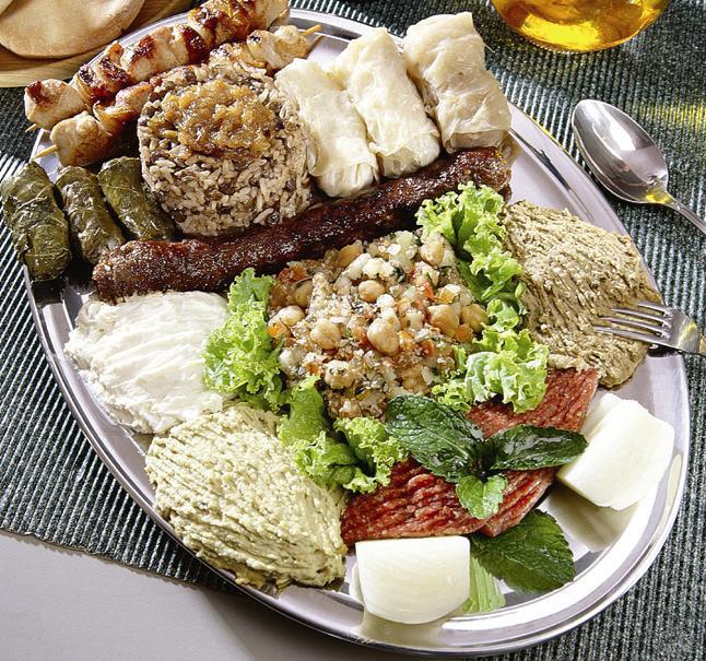 Carro-chefe do menu para duas pessoas: arroz com lentilha, cafta, michui, charutinho, trio de pastas, tabule e quibe cru