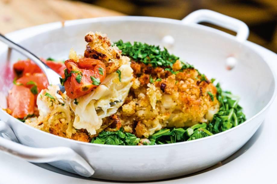 As terças: lombo do pescado cozido com crosta de farofa de broa e acompanhado de tomate assado e couve