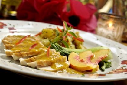 Frango com Chutney de Nectarina, Batatas Spyce e Acelga Chinesa