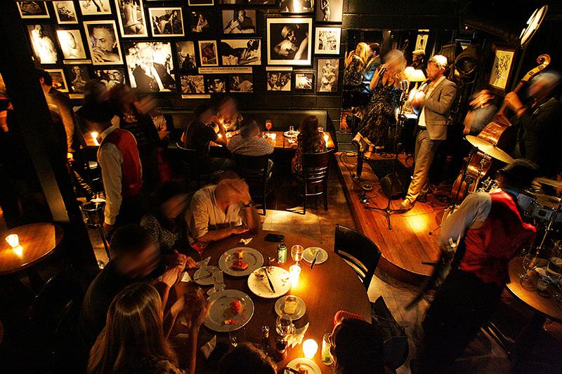 O salão onde rolam shows de jazz: intimista